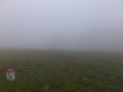 FOTKA - Říjen, výlet na Javořinu, hraniční kámen a mlha
