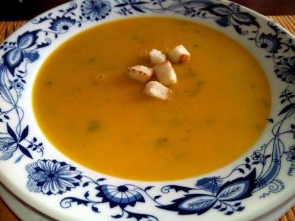 FOTKA - dýňová polévka s krutonky