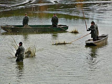 FOTKA - Rybáři na pramicích.