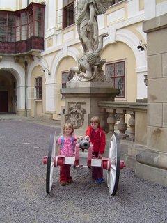 FOTKA - děti a zámek