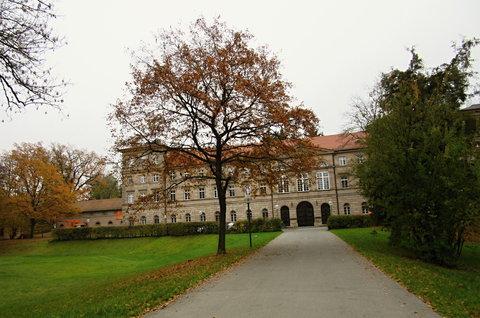 FOTKA - k zámku v Burgfarnbachu