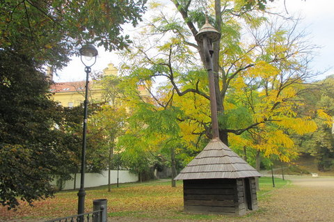 FOTKA - Petřín v podzimních barvách - zvonička nad Národopisným  muzeem