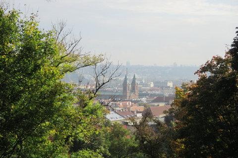 FOTKA - Petřín v podzimních barvách - pohled na Kostel sv. Václava, novorenesanční  baziliku na Smíchově