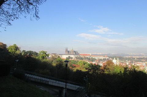 FOTKA - Petřín v podzimních barvách - Ze stínu Petřína pohled na prosluněnou Prahu