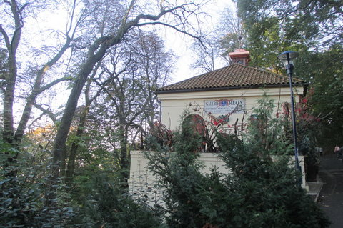 FOTKA - Petřín v podzimních barvách - cestou okolo Galerie
