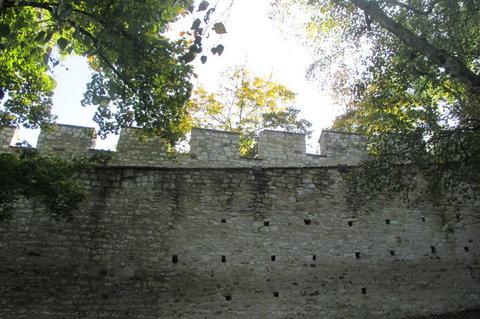 FOTKA - Petřín v podzimních barvách - cestou okolo hradeb