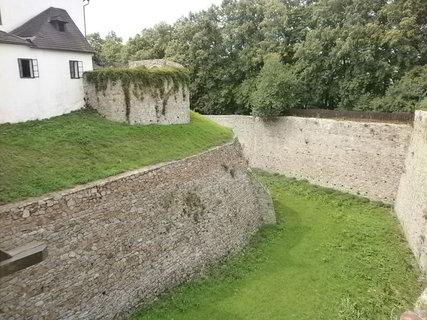 FOTKA - příkop kolem hradu