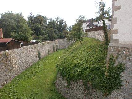 FOTKA - příkop okolo hradu
