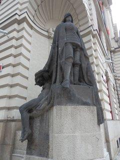 FOTKA - Ladislav Šaloun - socha rytíře, která dnes zdobí nároží magistrátu na Mariánském nám. v Praze