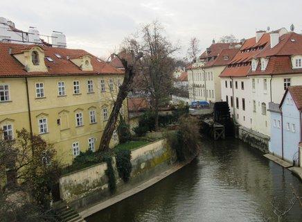 FOTKA - pohled z Karlova mostu ke kolu