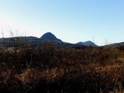 FOTKA - V dáli vidíme vrcholek Bořeně,Želenického kopce a Zlatníku