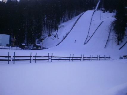 FOTKA - Skokan na lyžích při doskoku na sjezdovku