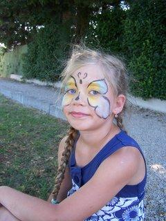 FOTKA - Ája si nechala namalovat motýla