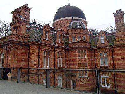 FOTKA - Kráľovské observatóriu v Greenwichi je situované na kopci v Greenwichskom parku nad riekou Temžou