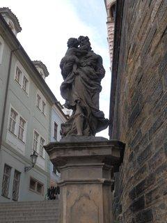 FOTKA - socha sv. Josefa s Ježíškem na úpatí Radnických schodů, Praha