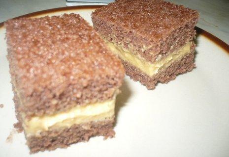FOTKA - karamelová buchta a k ní bílá kávička bude zítra na snídani