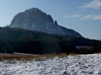 FOTKA - Hora v kontrastu se sněhem