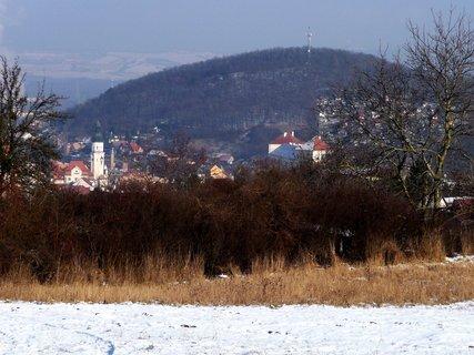 FOTKA - Město se sněhovým popraškem v sluneční září