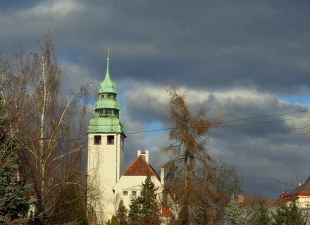 FOTKA - Pohled na evangelický kostel ze zahrady