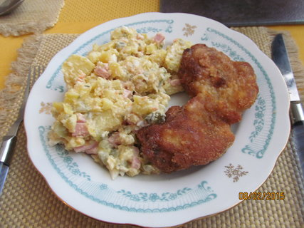 FOTKA - Bramborový salátek a řízek z králíka