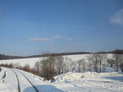 FOTKA - Krajina u Hoštětína, dolů za tím zábradlím na jaře kvetou  blatouchy