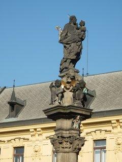 FOTKA - Kašna se sloupem a sochou sv. Josefa na Karlově náměstí