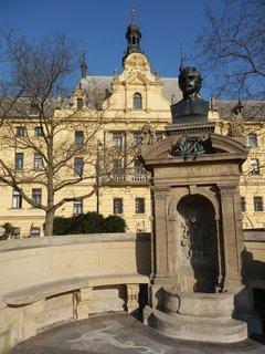 FOTKA - pomník  Vítězslava Hálka na Karlově náměstí