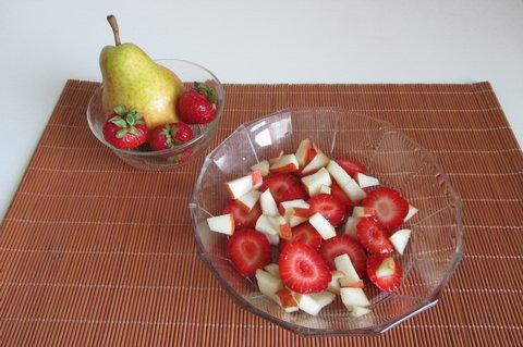 FOTKA - Ovocné svačinky:  Jahodový salát s hruškou