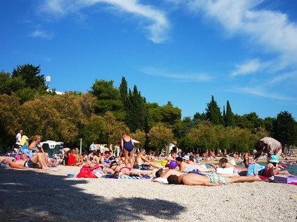 FOTKA - maličká pláž u velkých hotelů, v létě totálně nacpaná