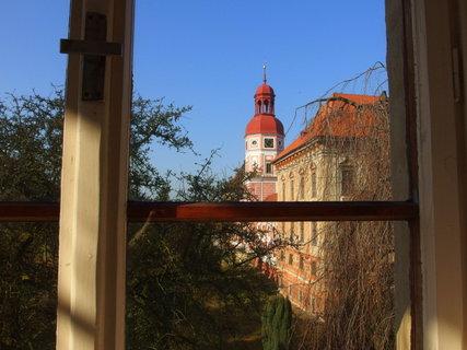 FOTKA - Pohled na věž zámku  přes okno bývalého kláštera