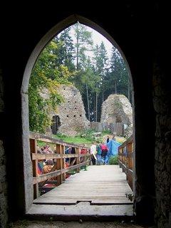 FOTKA - pohled bránou na nádvoří