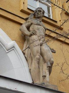 FOTKA - autor sochy Ladislav Kofránek (budova Mezinárodní telefonní a telegrafní ústředny v Praze na Žižkově)
