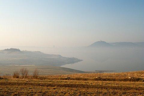 FOTKA - Mostecké jezero v ranním oparu