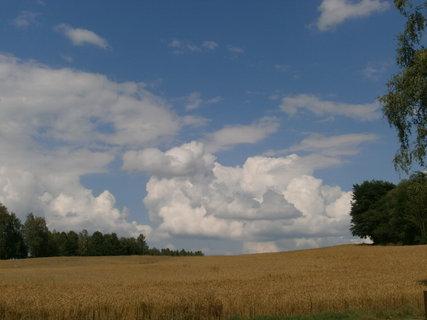 FOTKA - oblaka nad zlatavými lány
