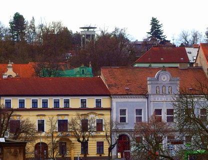 FOTKA - Pohled na domy  na náměstí