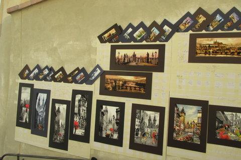 FOTKA - Staré  zámecké  schody - zdi  zdobí obrázky