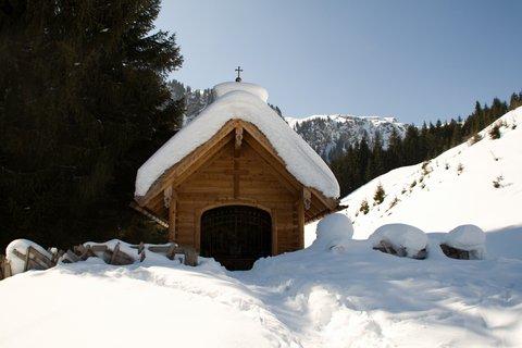 FOTKA - Baumzipfelweg v zimě - Kaplička se sněhovou čepicí