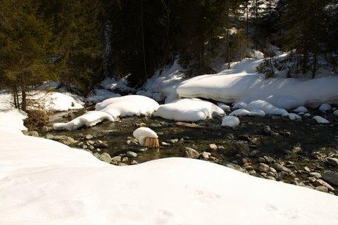 FOTKA - Baumzipfelweg v zimě - Potok pod sněhovou peřinou