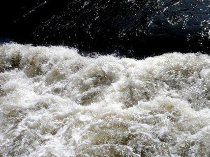 FOTKA - Jak se třpytí voda ve splavu.