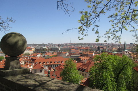 FOTKA - Zahrady Pražského hradu -  pohled přes kamenné zábradlí