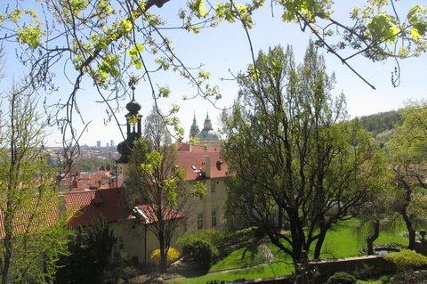 FOTKA - Zahrady Pražského hradu -  výhledu stromy ještě nebrání