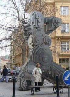 FOTKA - In Utero (nerezová ocel, výška 6 m), David Černý, Dlouhá ul., Praha