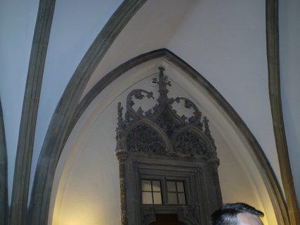 FOTKA - druhé dveře mají štukový ornament