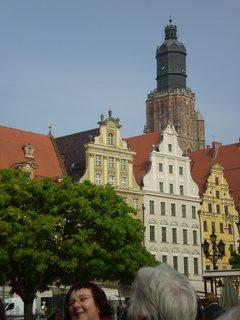 FOTKA - Barevné fasády  domů a věž kostela