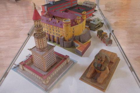 FOTKA - Výstava originálních vystřihovánek ABC :  hrady