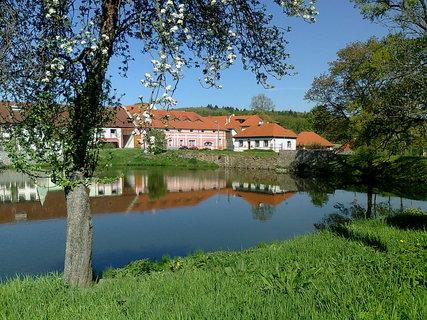 FOTKA - zámeček přes Tloskovský rybník