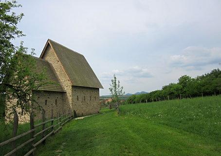 FOTKA - replika kostelíka u Archeoskanzenu Modrá