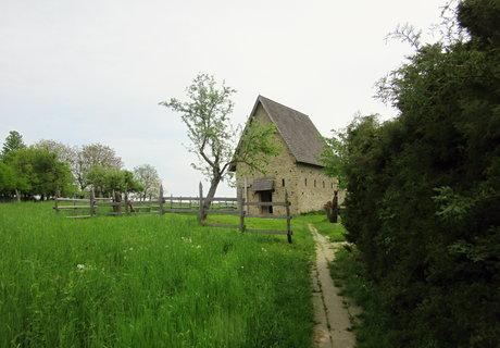 FOTKA - replika kostelíka u Archeoskanzenu Modrá cestou dolů