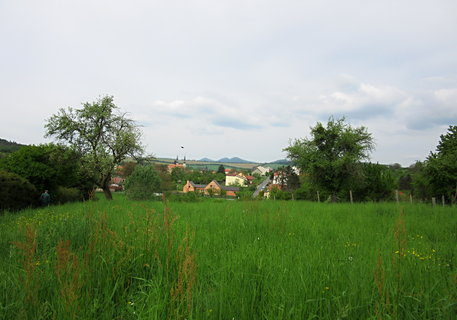 FOTKA - Pohled od kostelíka na Modré k Velehradu..v dálce i kopec Buchlov a Barborka