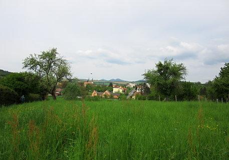FOTKA - Pohled od kostel�ka na Modr� k Velehradu..v d�lce i kopec Buchlov a Barborka